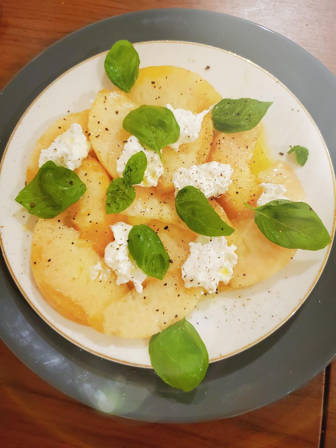 桃とカッテージチーズのおしゃれサラダ